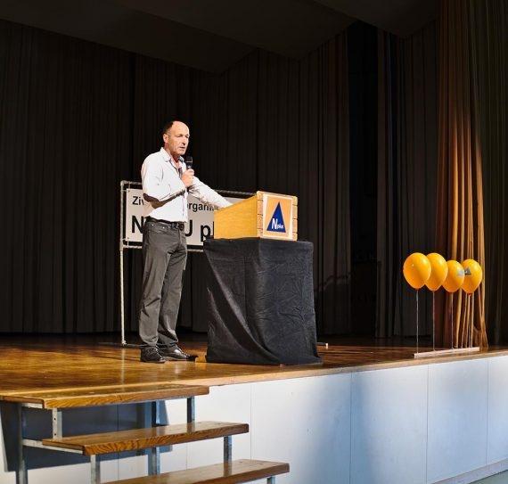 Das zehnjährige Jubiläum wird durch Verbandsrats-Präsident Peter Nydegger eröffnet.