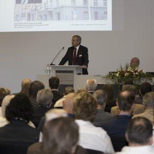 Le directeur de l'OFPP Benno Bühlmann sur scène lors de son discours.
