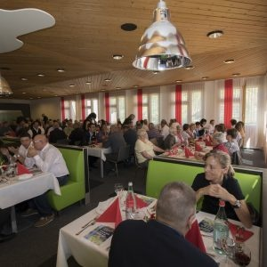 Les visiteurs ont le choix entre divers plats au restaurant du CFIS.