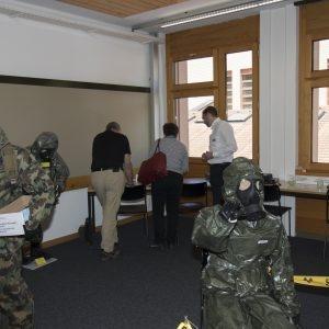 Des visiteurs dans l'une des salles de formation.