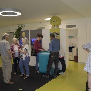 Les visiteurs à la réception dans le bâtiment de formation central.