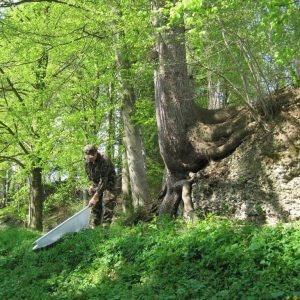 Armeeangehörige beim Sammeln von Zecken mit einem Tuch.