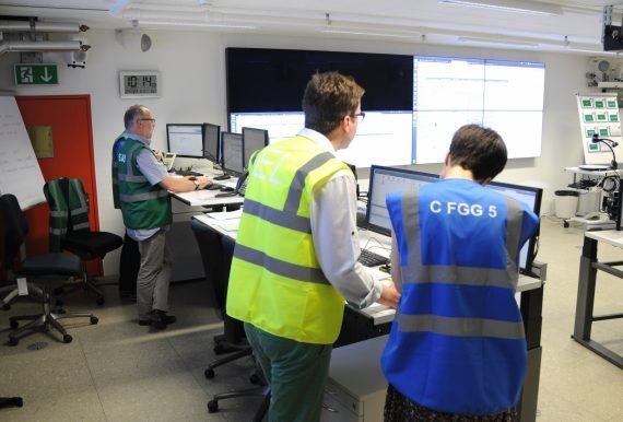 Einsatzleiter unterhält sich mit einer Mitarbeiterin des Bereichs Information.