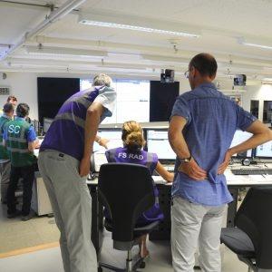 Mitarbeiter des Bereichs Radioaktivität bei der Situationsanalyse.