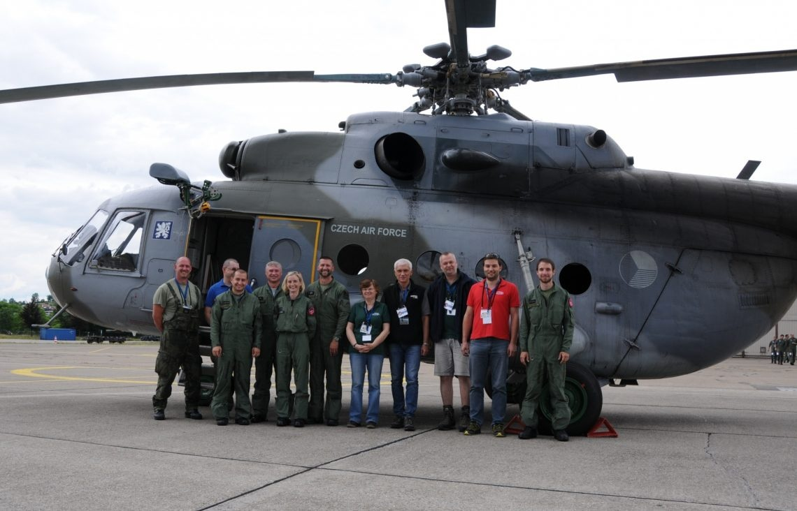 Gruppenbild der tschechischen Messequipe vor ihrem Helikopter.