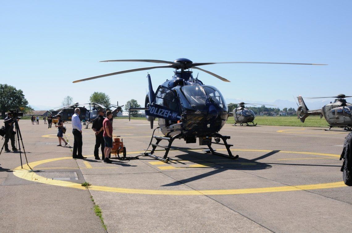 Deutscher Helikopter steht auf dem Startfeld.