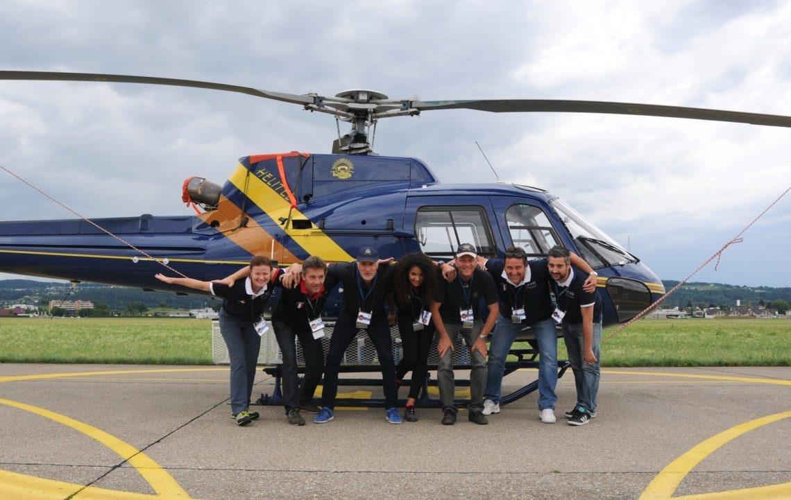 Gruppenbild der französischen Messequipe vor ihrem Helikopter.