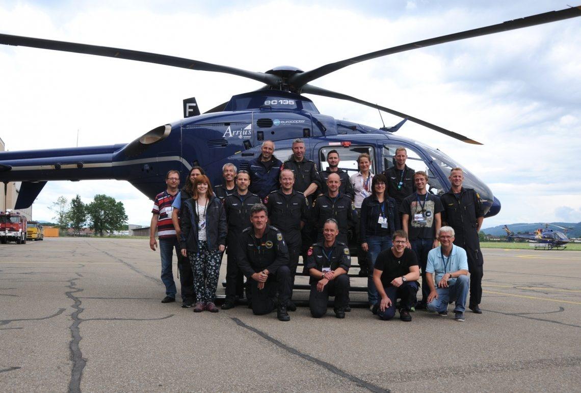 Gruppenbild der deutschen Messequipe vor ihrem Helikopter.