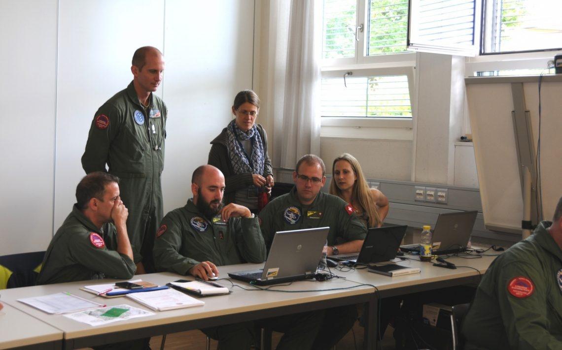 Das schweizerische Team diskutieren und analysieren die gemessenen Daten.
