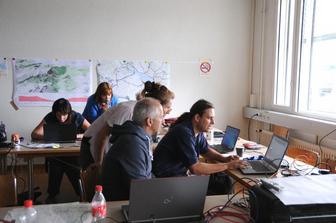 Das deutsche Team diskutieren und analysieren die gemessenen Daten.