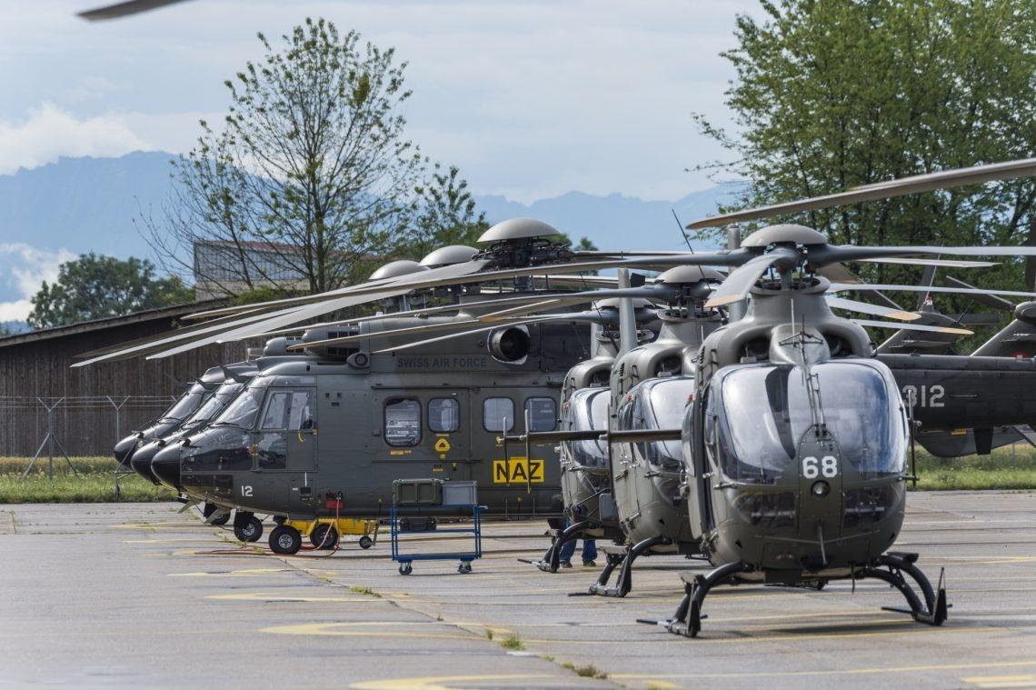Alle Schweizer Helikopter stehen auf dem Startplatz.