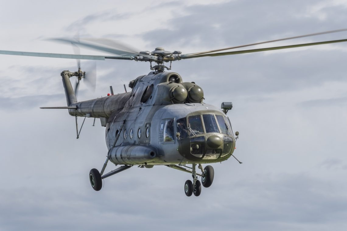 Der tschechische Helikopter in der Luft.