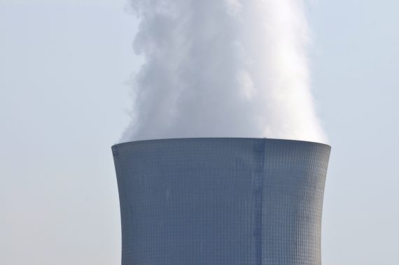Da una centrale nucleare esce del fumo.