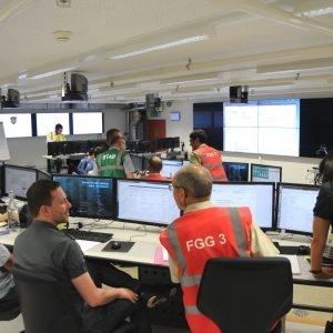 Il settore Strategia e coordinamento discute la situazione con il settore Analisi della situazione.
