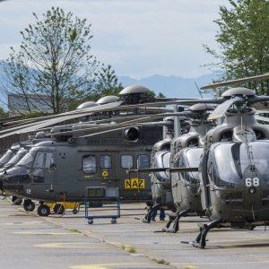 Tous les hélicoptères suisses sont sur la piste de décollage.