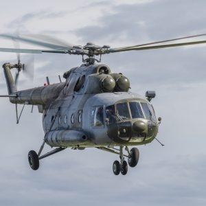 L'hélicoptère tchèque dans les airs.