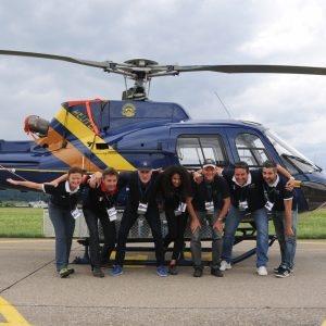 Photo de groupe de l'équipe de mesure française devant son hélicoptère.