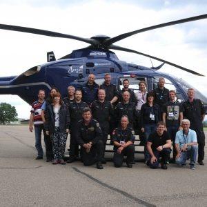 Photo de groupe de l'équipe de mesure allemande devant son hélicoptère.