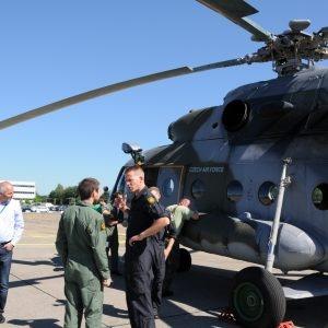 Les membres des différentes équipes discutent du déroulement des opérations devant l'hélicoptère de l'équipe tchèque.