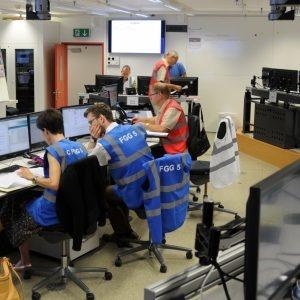 Les deux collaborateurs du Groupe Communication en cas d'événement occupés à la rédaction du communiqué de presse.