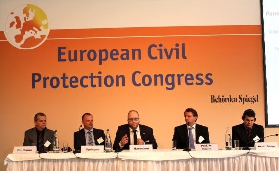 Das Bild zeigt vier Männer an einer Podiumsdiksussion.