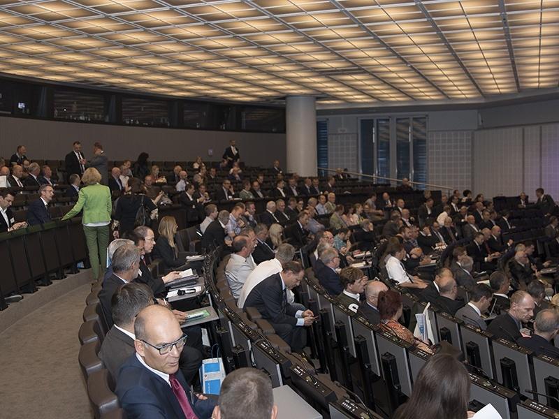 Foto zeigt Saal mit Menschen.
