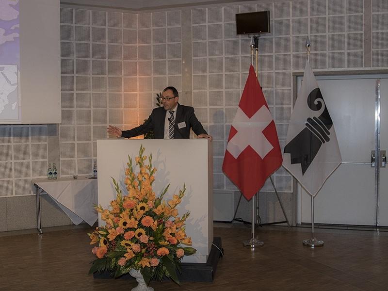 Foto zeigt Dr. Marc Cadisch am Rednerpult.