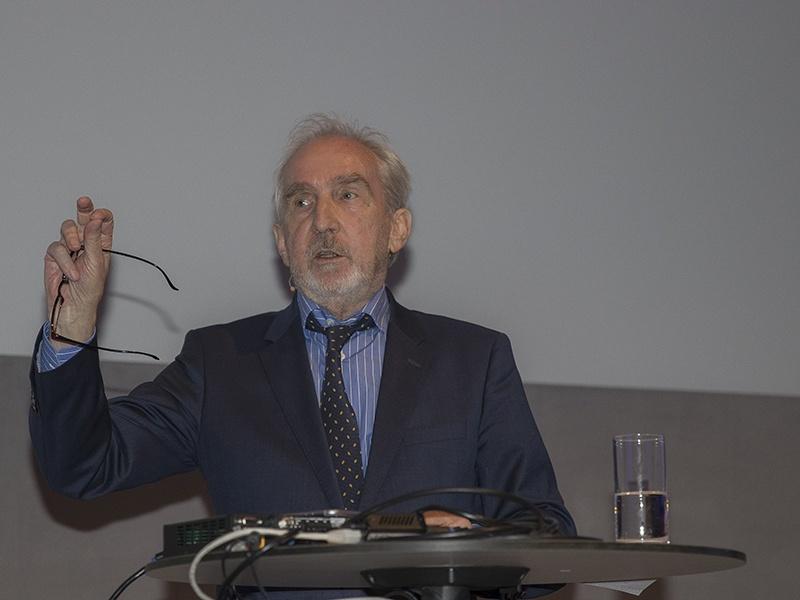 Bild zeigt Dr. Ludwig Hasler am Rednerpult.