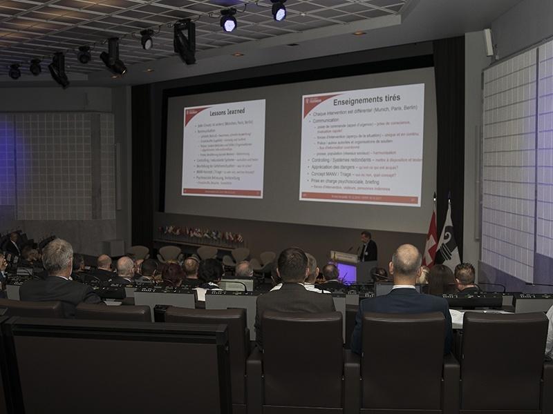 La photo montre la salle et les participants.