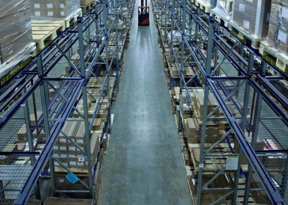 L'immagine mostra un magazzino a camere alte della ditta Alloga AG a Burgdorf.