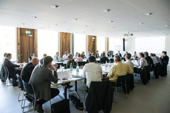 Bild zeigt gefülltes Sitzungszimmer