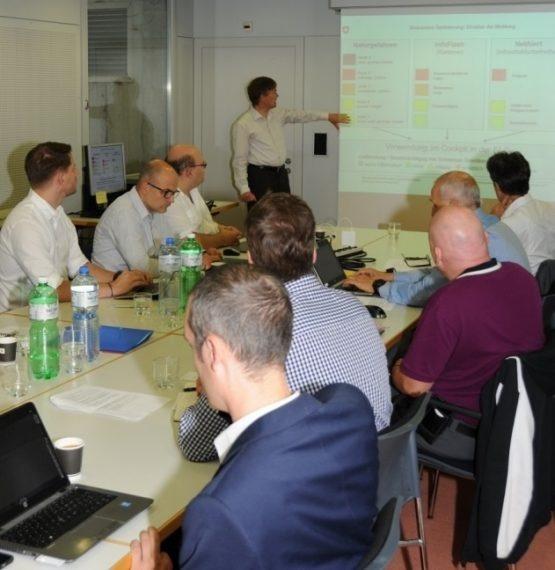 Sur la photo: des représentants de Swissgrid, Swissgas, Swisscom, des CFF, de la Centrale suisse de gestion du trafic (VMZ-CH) et de CarPostal Suisse SA discutant avec des collaborateurs de l'OFPP à l'occasion de l'atelier.