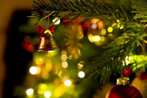 Bild zeigt Weihnachtsbaum mit Deko.