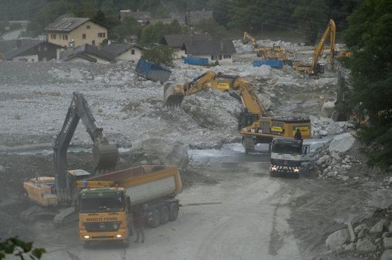 Operai impegnati a svuotare il bacino di ritenzione a Bondo con scavatrici speciali. In caso d'allarme hanno quattro minuti di tempo per abbandonare la zona.