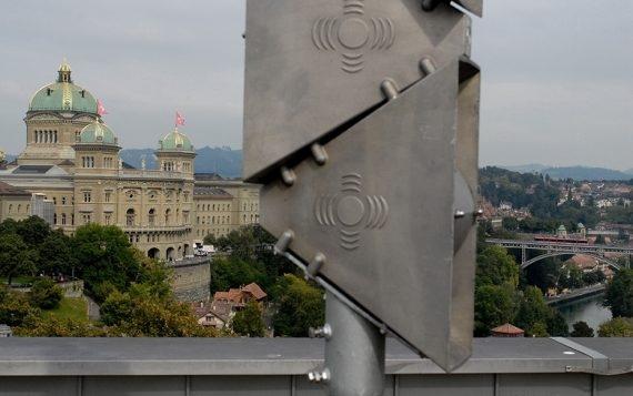 In primo piano si vede una sirena, sullo sfondo Palazzo federale.
