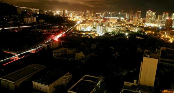 L'erogazione di corrente in una grande città è dimezzata.