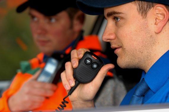 Funzionario di polizia che comunica via radio.