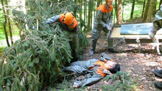 Hier wird gezeigt, wie zwei verletzte Personen von Angehörigen des Zivilschutzes geborgen und abtransportiert werden