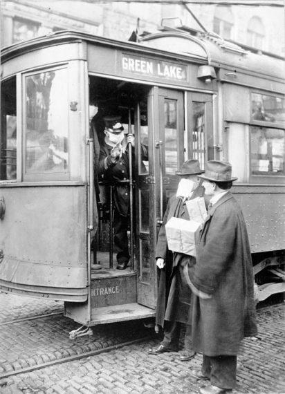 Passagiere werden angewiesen, in der Strassenbahn eine Schutzmaske zu tragen