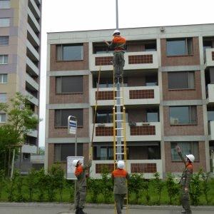 Angehörige der ZRL erstellen eine Telefonverbindung zu ausgesuchten Notfalltreffpunkten