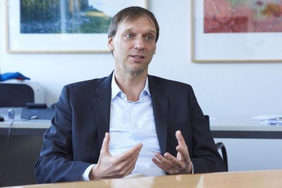 Stefan Wiemer, directeur du Service sismologique suisse, est aussi professeur de sismologie au département de Sciences de la Terre à l'EPF de Zurich et responsable de la Section Analyse des séismes, qui est rattachée au SED. Il a étudié la géophysique à Bochum (DE). Après avoir obtenu un doctorat à l'University of Alaska Fairbanks (USA) et un post-doctorat à Tsukuba (JP), il entre au SED en 1999, où il est nommé directeur en mai 2013.