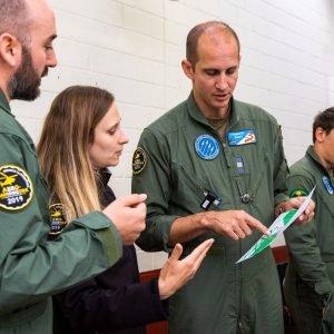 Nach dem Flug findet eine Nachbesprechung statt, in deren Rahmen die Messergebnisse besprochen werden.