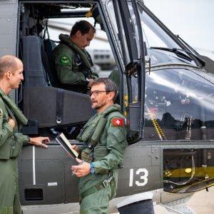 On procède aux derniers préparatifs et on embarque les appareils de mesure à bord de l'hélicoptère.