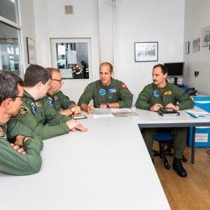 Prima di effettuare un volo, la squadra aeroradiometrica si riunisce per un briefing.
