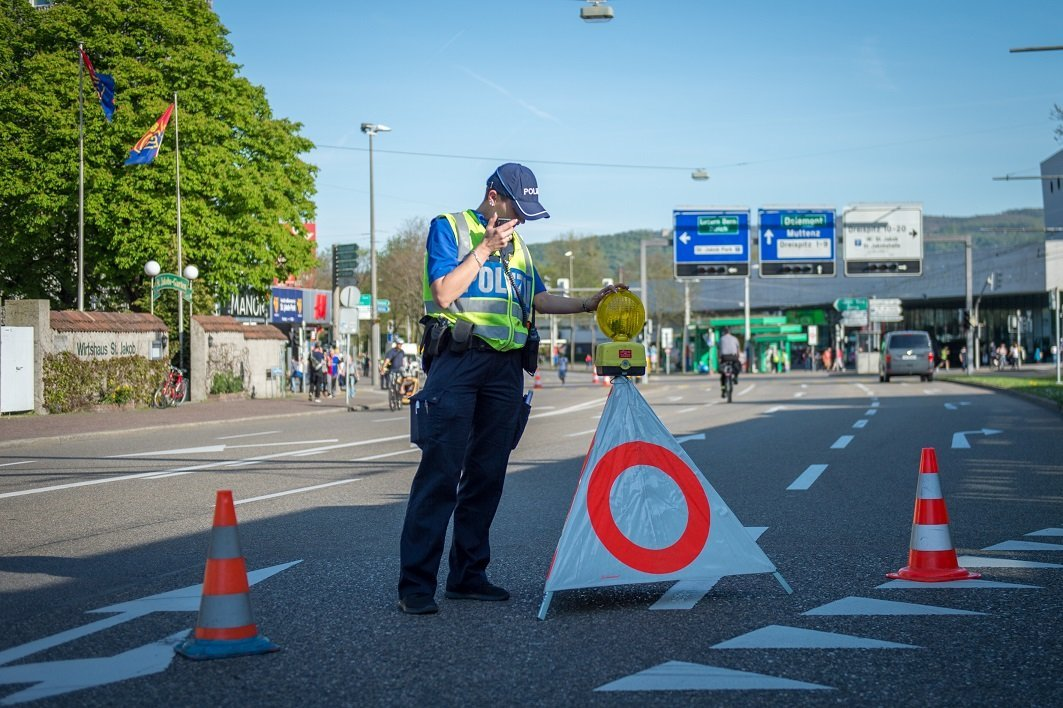 Ein Polizist der Kantonspolizei Basel-Stadt beim Verkehrsdienst