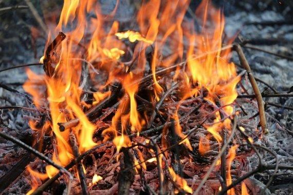 Ein Feuer im Freien