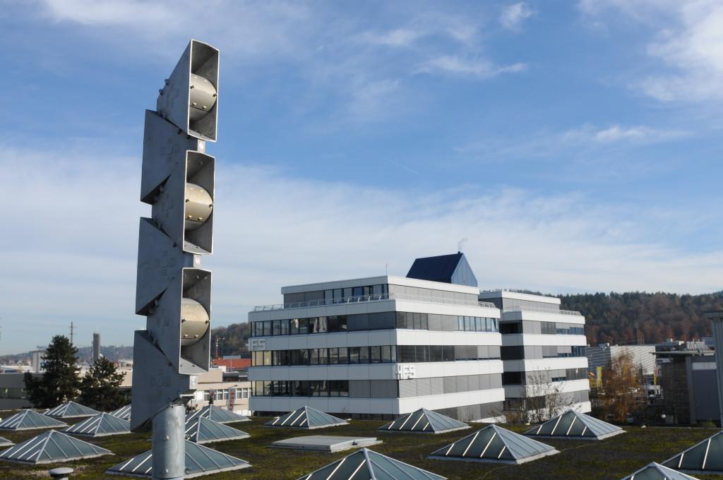 sirène sur le toit d'un bâtiment