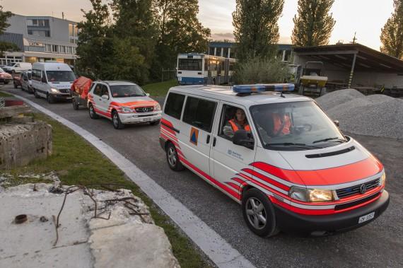 Die KGS Kp 50 des Zivilschutzes Zürich erscheint mit ihren Fahrzeugen am Schadenplatz.