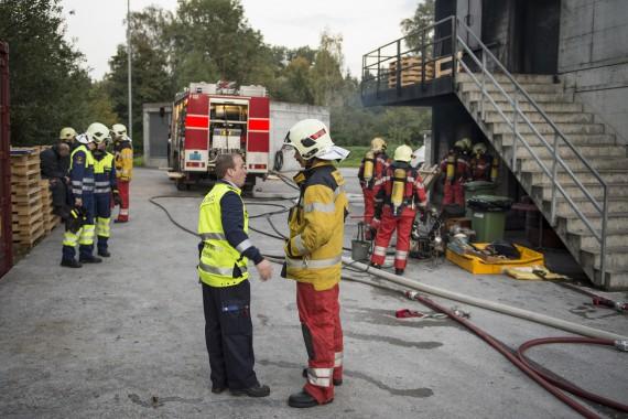 Absprache zwischen Pikettoffizier von Schutz und Rettung Zürich und Einsatzleiter Feuerwehr.