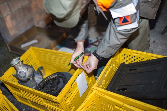 Vor dem Abtransport werden Kulturgüter erfasst und etikettiert.